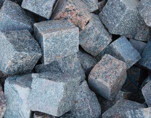 Pflastersteine, Granit, herbstlaub