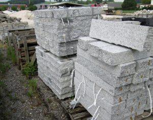 Leistensteine, Granit, gestockt
